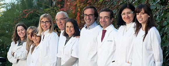 Equipa do Centro de Cardiologia do Estoril (Clínica Dr. Abreu Loureiro) no jardim - 10 elementos
